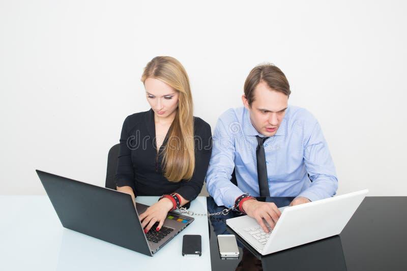 Hombre y mujer esposados Trabajo en la oficina fotos de archivo libres de regalías