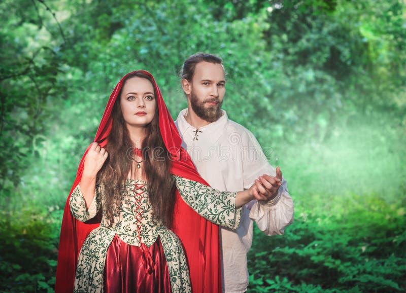 Hombre y mujer hermosos de los pares en traje medieval fotografía de archivo