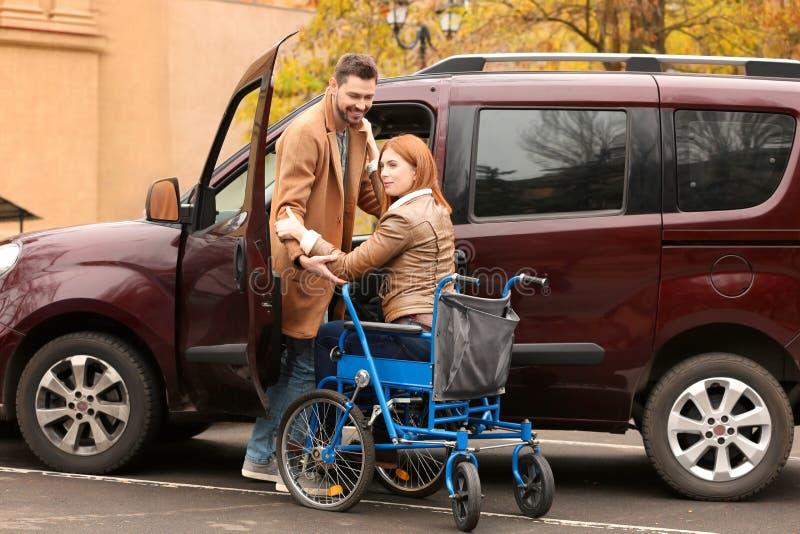 Hombre y mujer hermosos en silla de ruedas imagenes de archivo