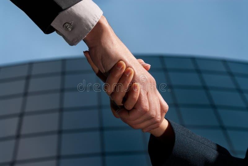 Hombre y mujer irreconocibles de negocios del apretón de manos fotos de archivo libres de regalías