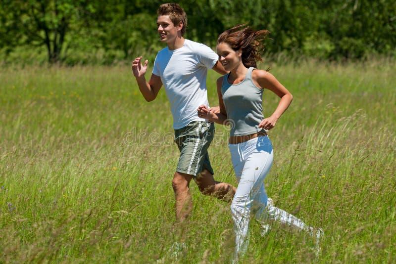Hombre y mujer que activan en un prado fotografía de archivo