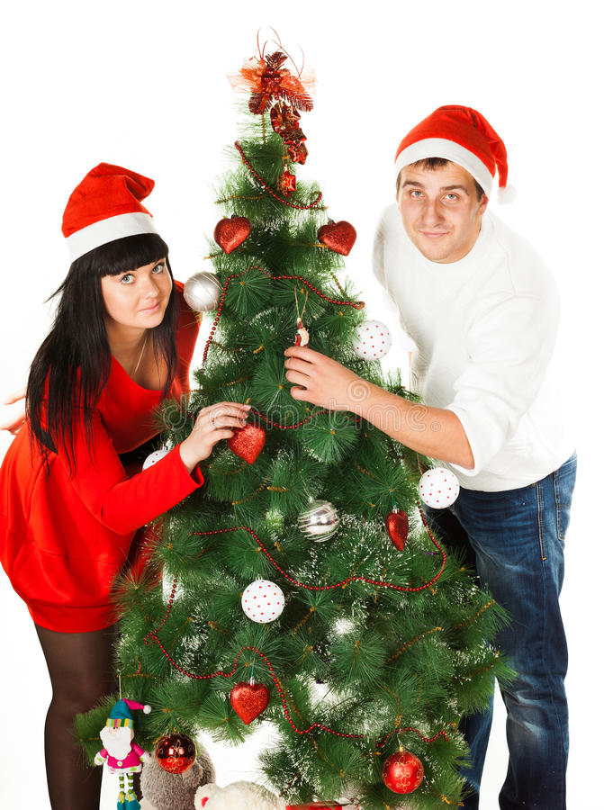 Hombre y mujer que adornan el árbol de navidad foto de archivo