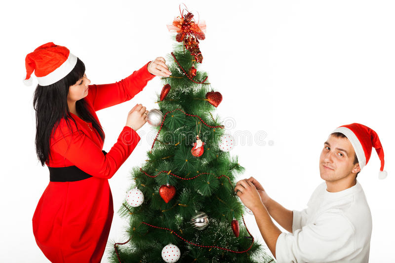 Hombre y mujer que adornan el ?rbol de navidad fotos de archivo