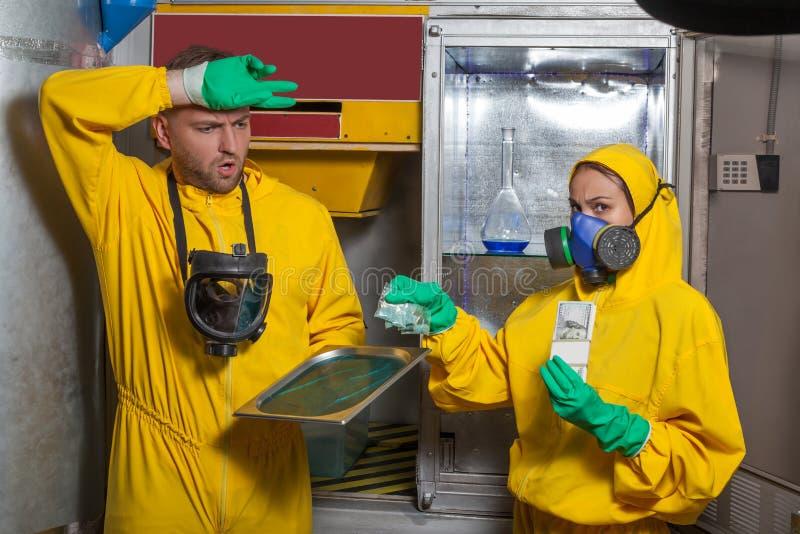 Hombre y mujer que cocinan el meth foto de archivo libre de regalías