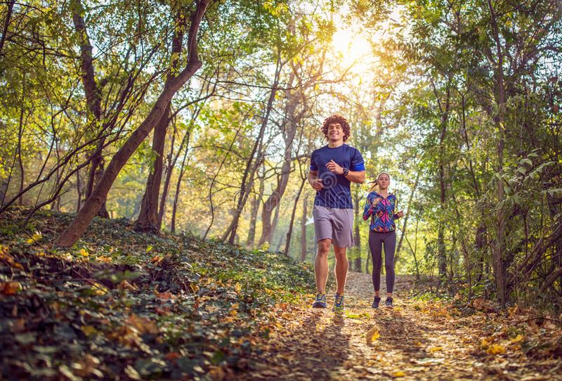 Hombre y mujer que corren en la aptitud de la naturaleza, deporte, entrenamiento imagen de archivo libre de regalías