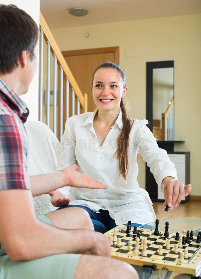 Hombre y mujer que juegan a ajedrez imágenes de archivo libres de regalías