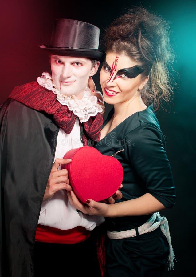 Hombre y mujer que llevan como vampiro y bruja. Halloween imagenes de archivo