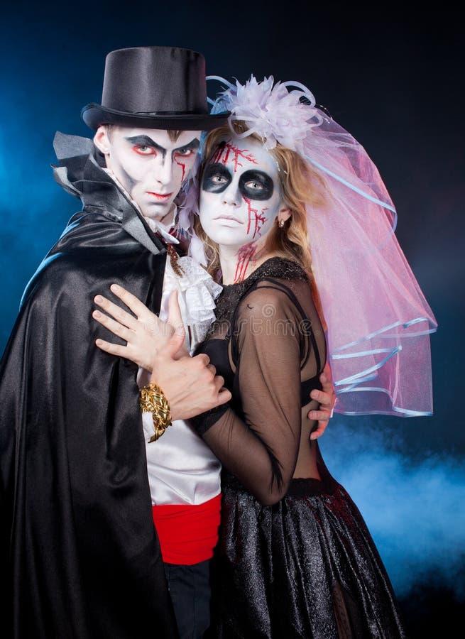 Hombre y mujer que llevan como vampiro y bruja. Halloween fotografía de archivo libre de regalías