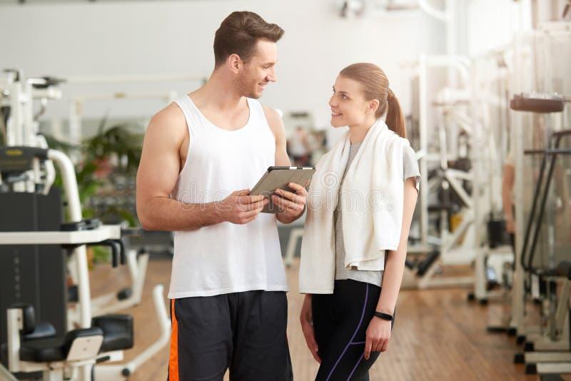 Hombre y mujer que miran uno a en gimnasio foto de archivo libre de regalías