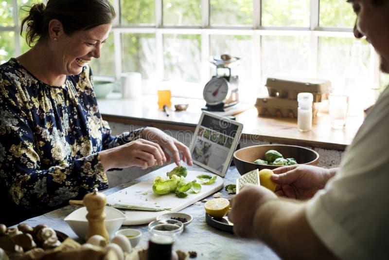 Hombre y mujer que preparan una comida fotografía de archivo