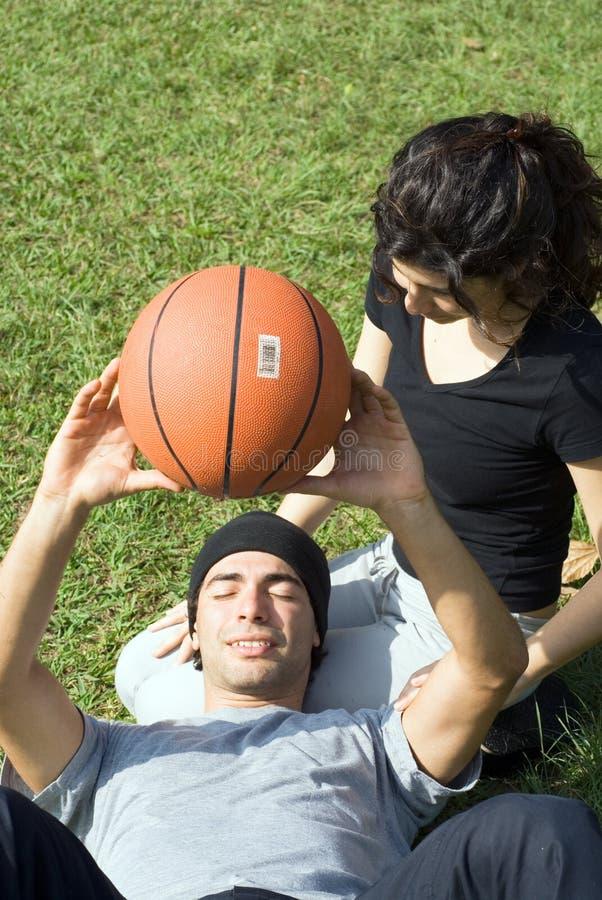 Hombre y mujer que sientan junto - vertical foto de archivo libre de regalías