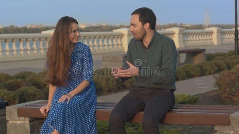 Hombre y mujer que tienen conversación foto de archivo