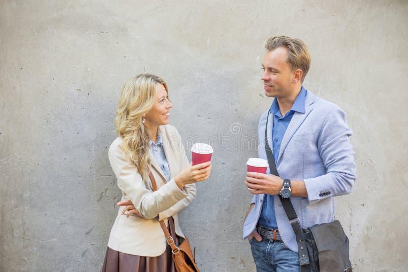 Hombre y mujer que tienen una conversación imagenes de archivo