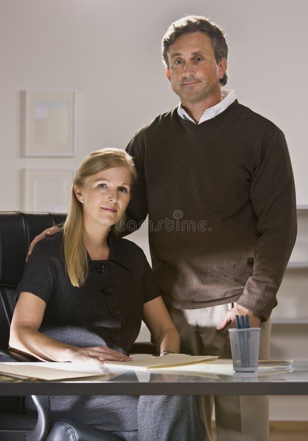 Hombre y mujer que trabajan en oficina imagen de archivo