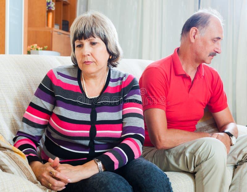 Hombre y mujer tristes durante pelea foto de archivo libre de regalías