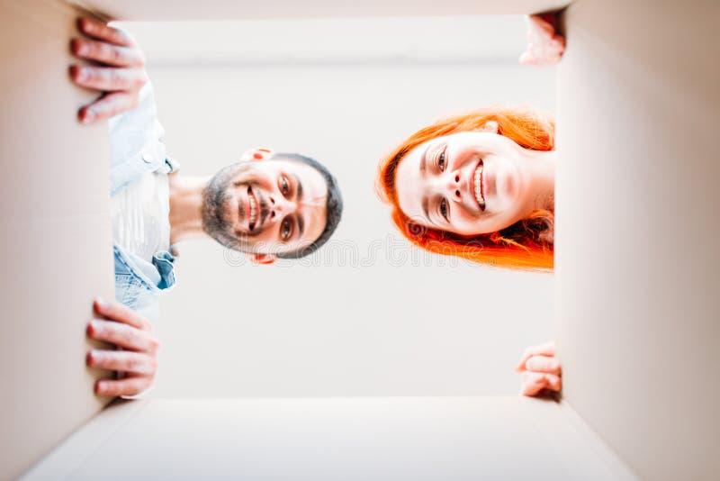 Hombre y mujer, visión por dentro de la caja de cartón imágenes de archivo libres de regalías