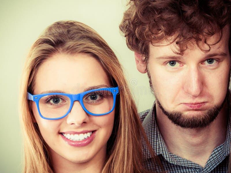 Hombre y mujeres felices de los pares en vidrios imagen de archivo libre de regalías