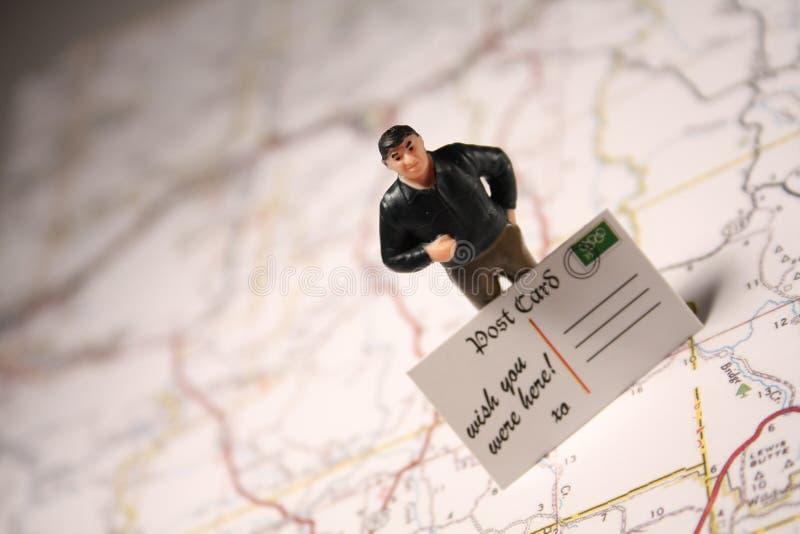 Hombre y postal - deseo usted estaba aquí foto de archivo libre de regalías