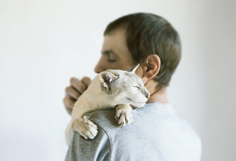 Hombre y su gato fotografía de archivo