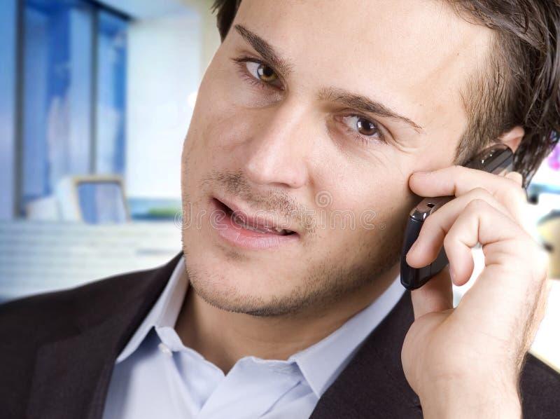 Hombre y teléfono celular imagenes de archivo