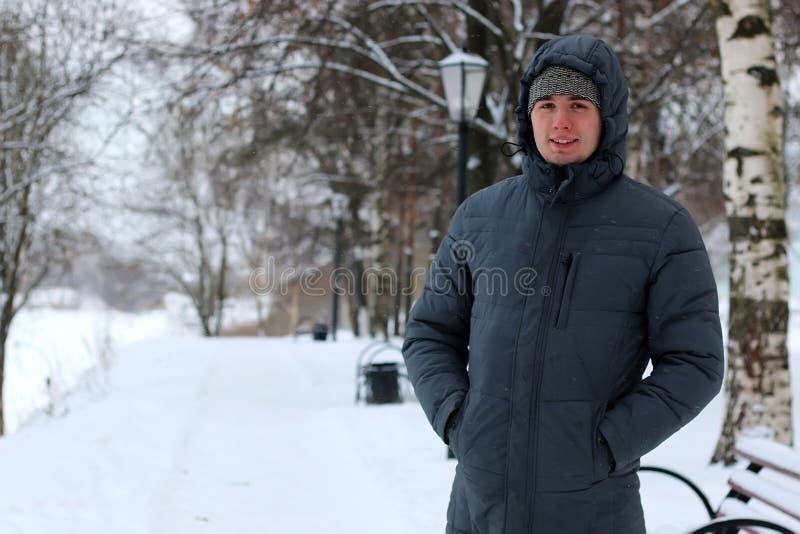 Hombres blancos solos en invierno fotografía de archivo