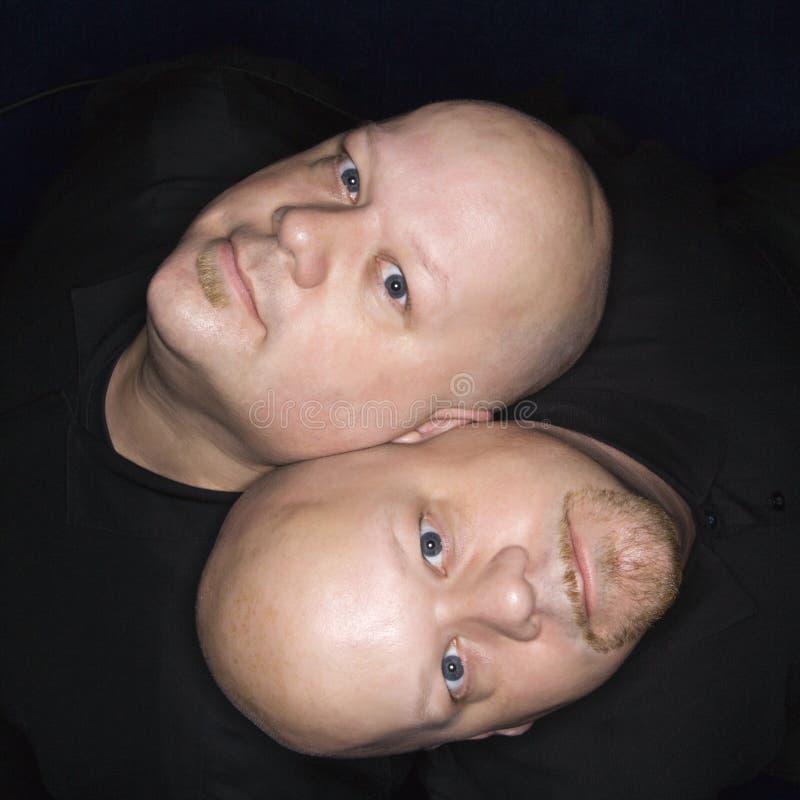 Hombres calvos gemelos. fotografía de archivo