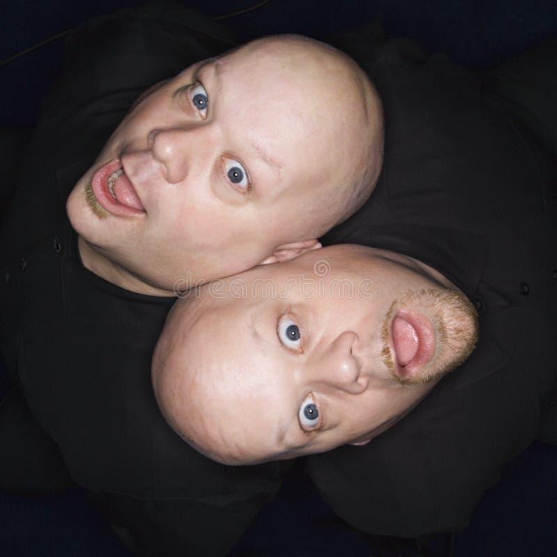 Hombres calvos gemelos. fotos de archivo