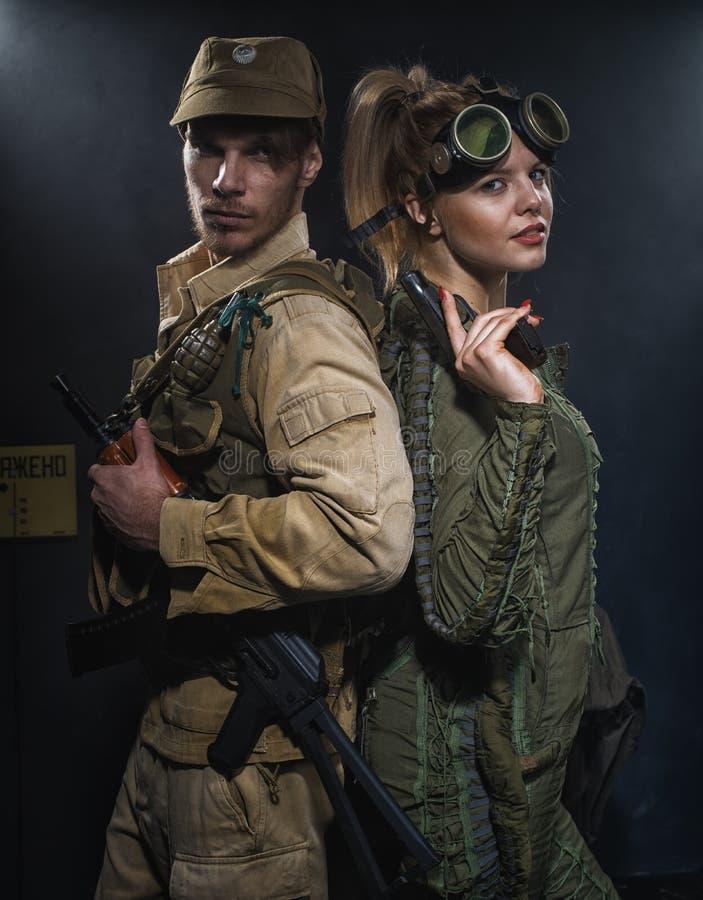Hombres con dos brazos con un arma fotografía de archivo libre de regalías