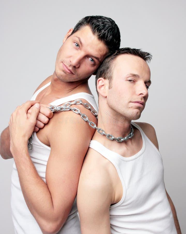 Hombres con el encadenamiento de acero en ropa interior foto de archivo