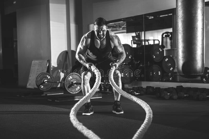 Hombres con la cuerda en gimnasio funcional del entrenamiento imágenes de archivo libres de regalías