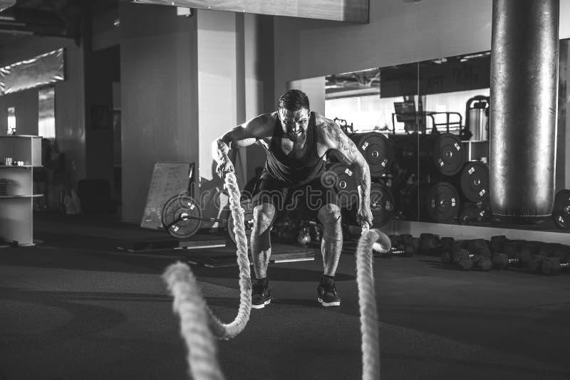 Hombres con la cuerda en gimnasio funcional del entrenamiento fotografía de archivo libre de regalías
