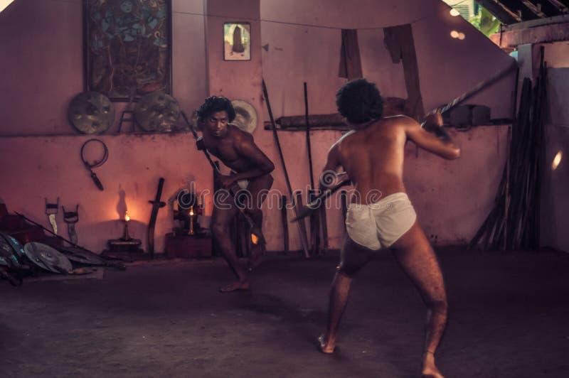 Hombres con las lanzas en Kerala imagen de archivo
