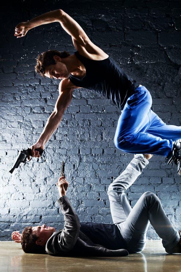 Hombres con luchar de los armas foto de archivo