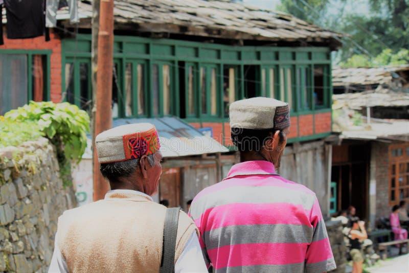 INDIA, Himachal Pradesh, Dharamsala, REGIONAL COSTUME, MOUNTAIN, HIMALAYA. Hombres con traje típico paseando cerca de Daramshala en el Himalaya Tibetano royalty free stock photos