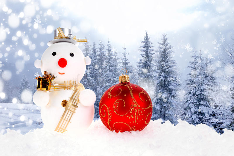 Hombres de la nieve de la Navidad y bola de la Navidad imagen de archivo