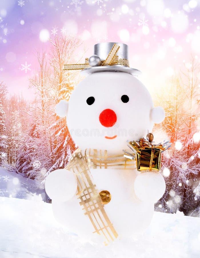 Hombres de la nieve de la Navidad y bola de la Navidad imagenes de archivo