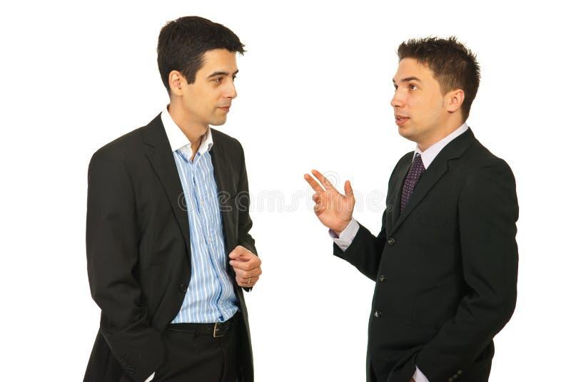 Hombres de los ejecutivos que tienen conversación fotos de archivo libres de regalías