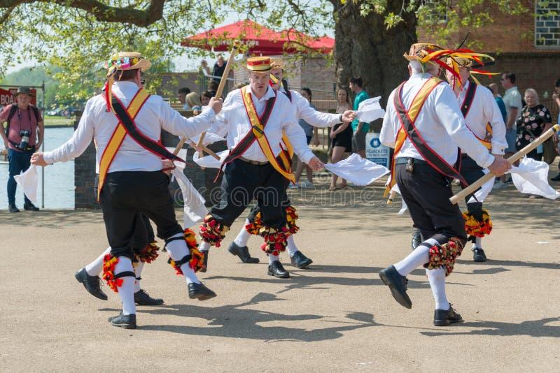 Hombres de Morris que bailan con los palillos y las campanas de los sombreros foto de archivo libre de regalías