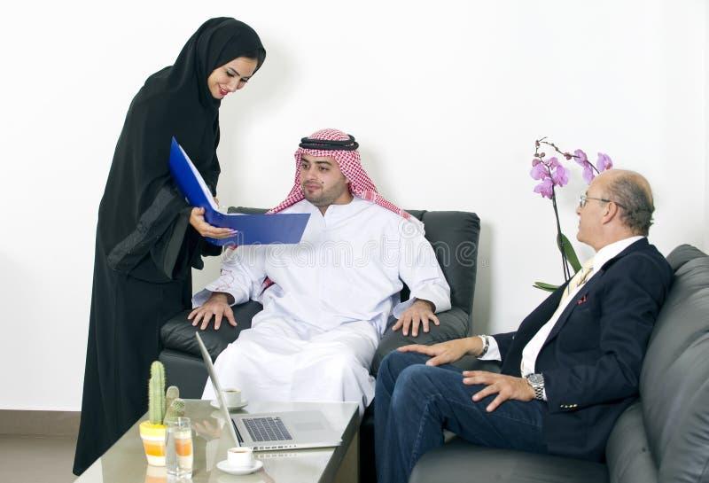 Hombres de negocios árabes que encuentran con a extranjeros en oficina imagen de archivo libre de regalías