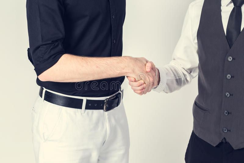 Hombres de negocios acertados del apretón de manos que cierra un trato fotos de archivo