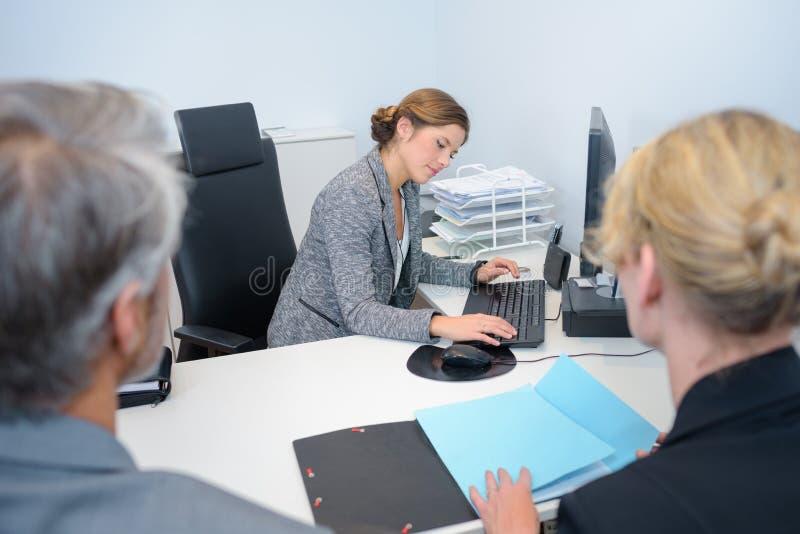 Hombres de negocios acertados del equipo que tienen reunión en ejecutivo foto de archivo libre de regalías
