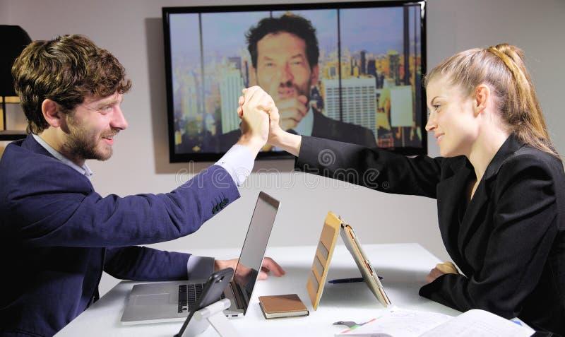 Hombres de negocios acertados en la audioconferencia feliz sobre trato foto de archivo libre de regalías