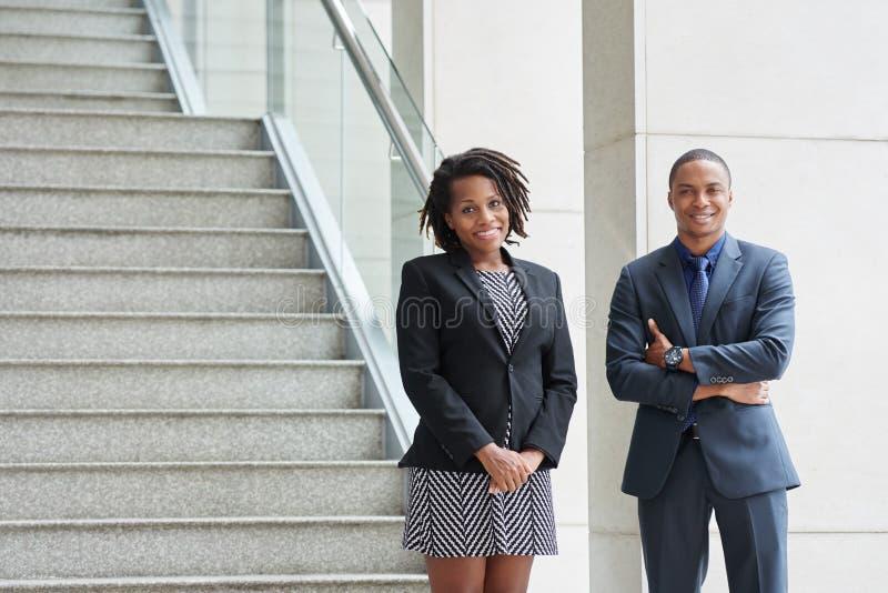 Hombres de negocios alegres confidentes foto de archivo