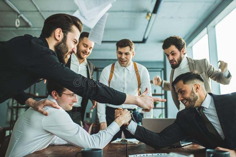 Hombres de negocios alegres en el trabajo imagen de archivo libre de regalías