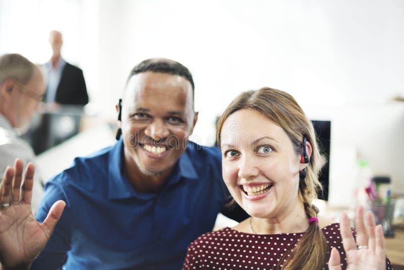 Hombres de negocios alegres en oficina fotografía de archivo libre de regalías