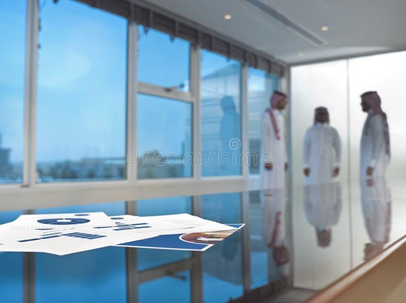 Hombres de negocios de Arabia Saudita en una sala de reunión fotografía de archivo libre de regalías