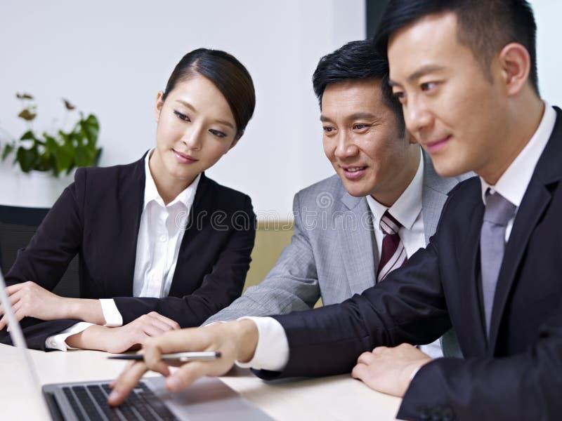 Hombres de negocios asiáticos foto de archivo libre de regalías