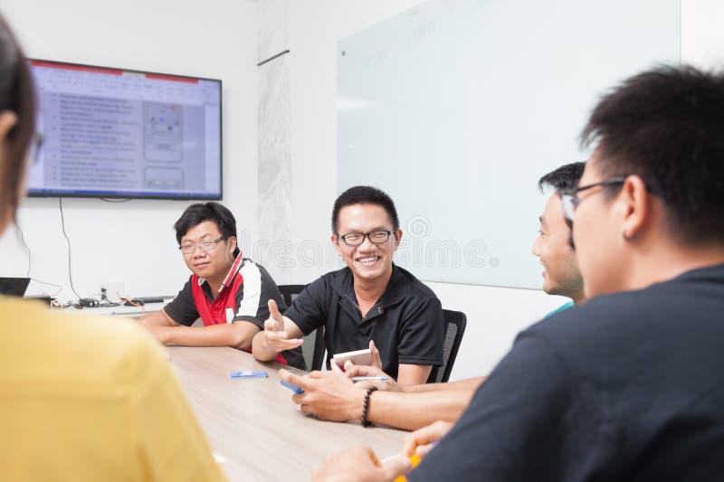 Hombres de negocios asiáticos de grupo de la sala de reunión foto de archivo libre de regalías