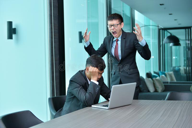 Hombres de negocios asiáticos que tienen funcionamiento del problema, culpando en la oficina foto de archivo