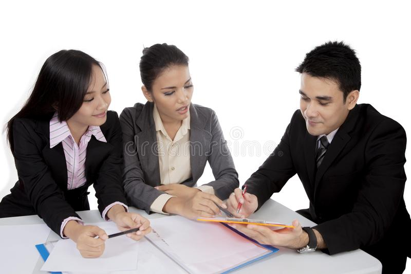 Hombres de negocios asiáticos que tienen una discusión en una reunión fotos de archivo